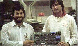 Jobs y Wozniak con la placa del Apple I
